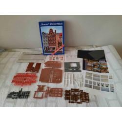 Dolfijn zwemmend op de golven
