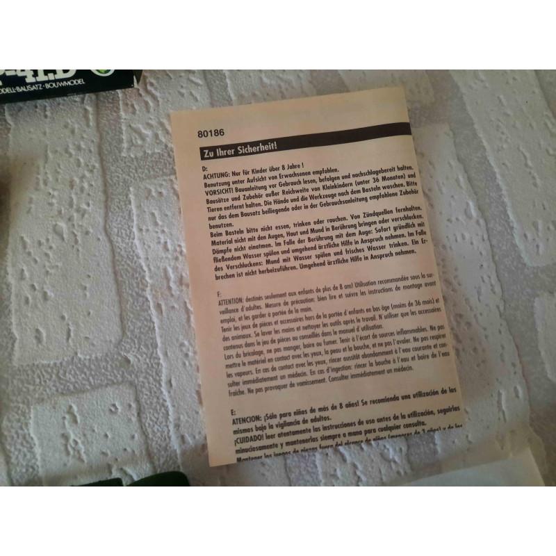 Giraffe staand met liggend jong