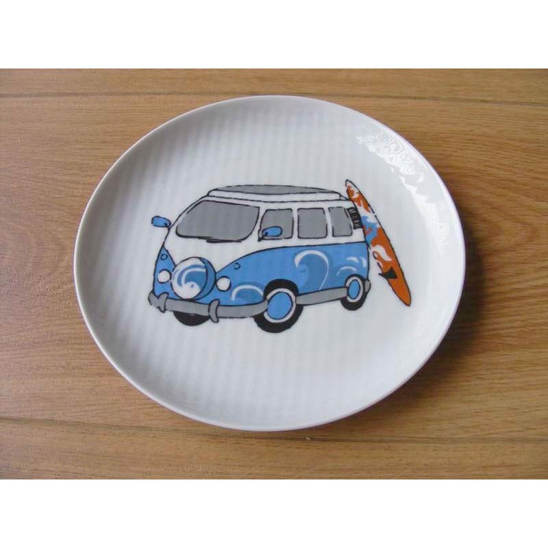 Combi bus met surfplank afbeelding op een geribbeld wandbord blauw