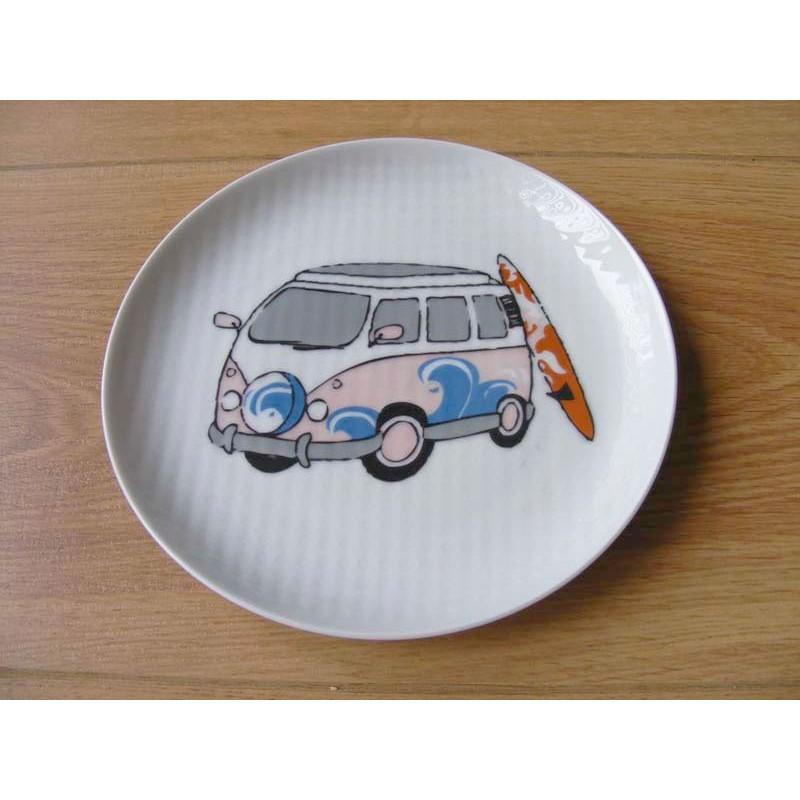 Combi bus met surfplank afbeelding op een geribbeld eetbord roze