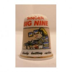 Singer big nine naaimachine op een porselein vingerhoedje