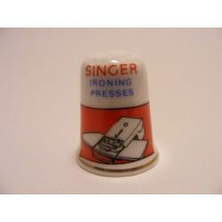 Singer ironing presses op een porselein vingerhoedje