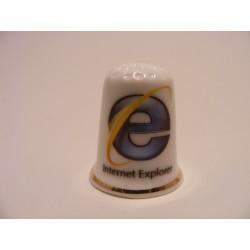 Internet Explorer logo op een porselein vingerhoedje met goudrandje