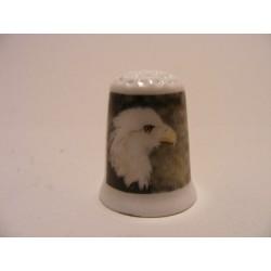 Amerikaanse zeearend roofvogel op een porselein vingerhoedje