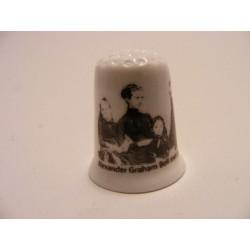 Alexander Graham Bell met gezin op een porselein vingerhoedje