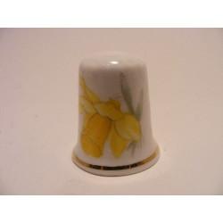 Gele bloem op een porselein vingerhoedje